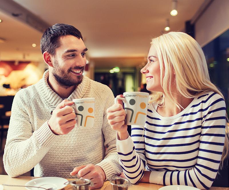 Mladý pár v kavárně