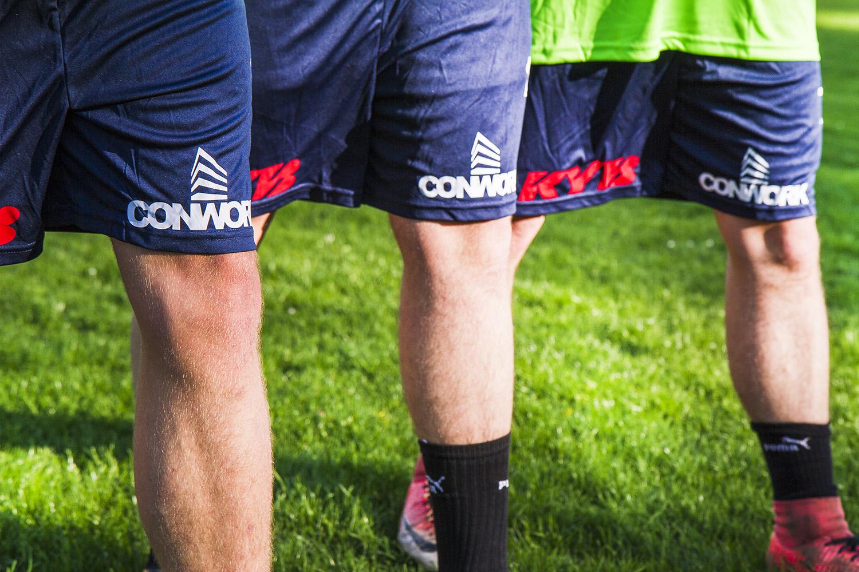 detail loga na nohavicích